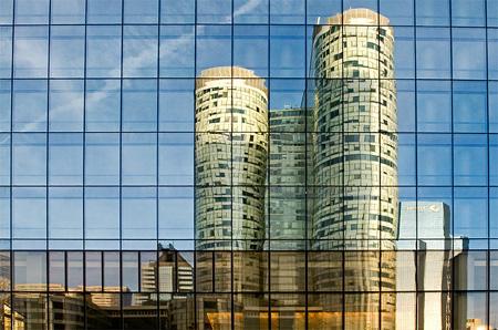 Reflet d'un immeuble de la Défense (Paris) sur les vitres teintées d'un bâtiment