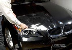 Pose d'un film de protection de peinture auto