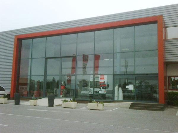 Vitre teintée de façade vitrée d'un grand magasin