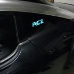 Publicité électroluminescente sur Peugeot RCZ en vitres teintées